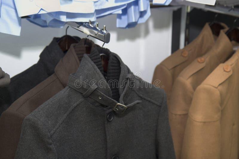 Ropa elegante en una tienda, desgaste formal elegante de la chaqueta del traje, estilo del caballero, ropa de los hombres de la b fotografía de archivo libre de regalías