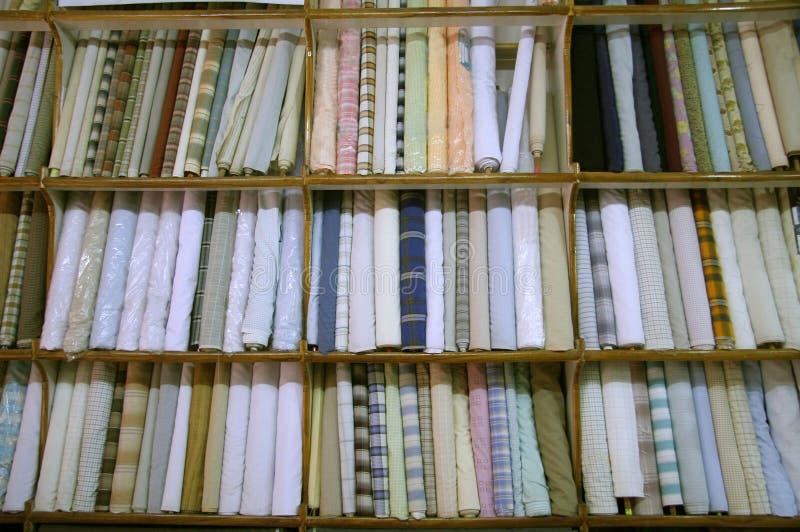Ropa en el salón de muestras interior de la visualización, Delhi foto de archivo libre de regalías