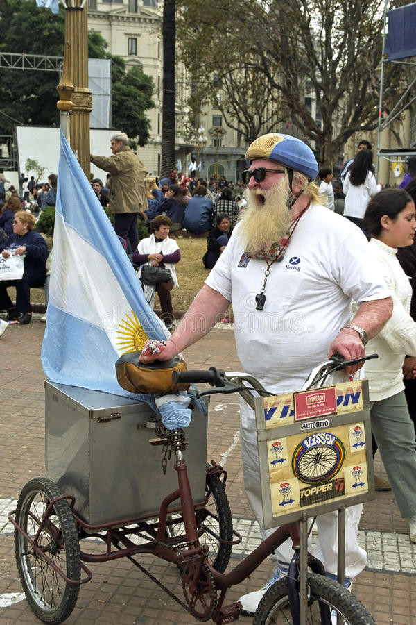 Ropa gatuförsäljaren, argentinsk flagga, långt skägg royaltyfri bild