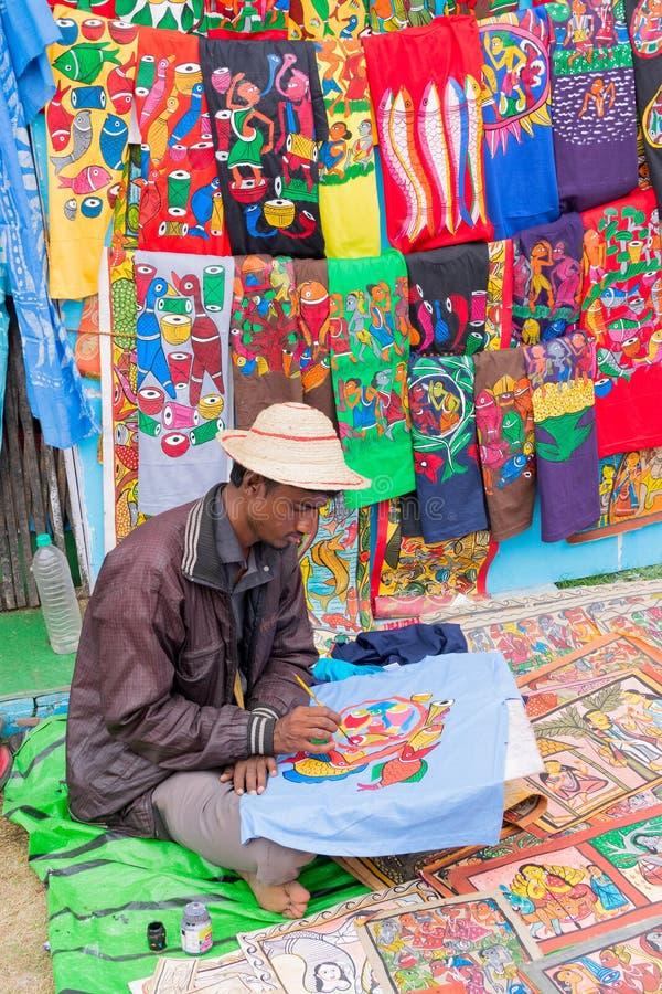 Ropa hecha a mano pintada, artesanías indias justas en Kolkata imagen de archivo