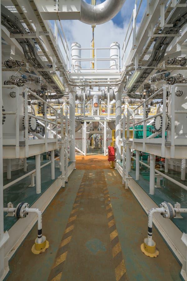 Ropa i gaz drymby linii system i ciśnieniowy naczynie przy na morzu środkowym przerobowym platformy, władzy i energii biznesem, zdjęcie stock