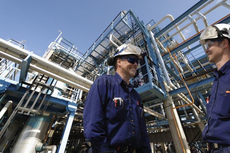 Ropa i gaz pracownicy przemysł i rafineria, zdjęcie royalty free