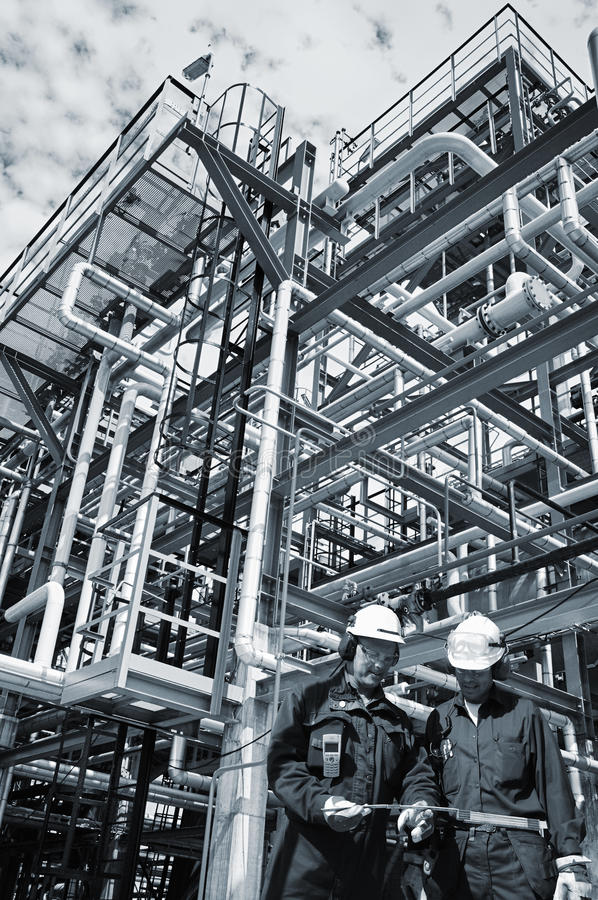 Ropa i gaz pracownicy wśrodku przemysłu zdjęcie royalty free