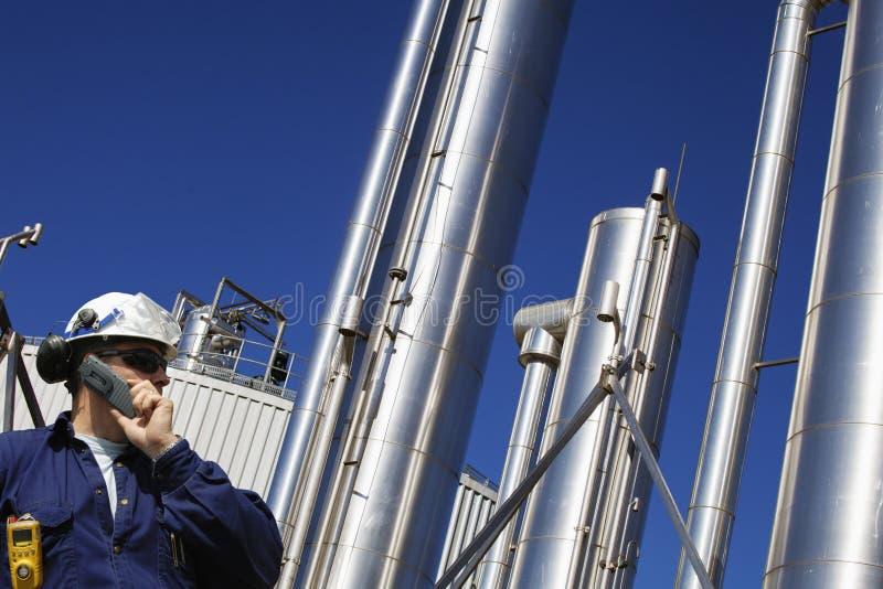 Ropa i gaz pracownik z wielkimi gazociąg obraz stock