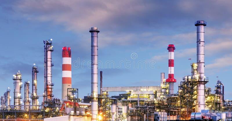 Ropa i gaz przemysł fabryka - petroche - rafineria przy zmierzchem - obraz stock