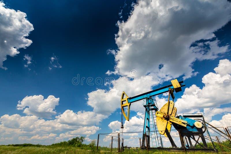 Ropa i gaz well profilujący na niebieskim niebie z cumulus chmurami w Europa, zdjęcia stock