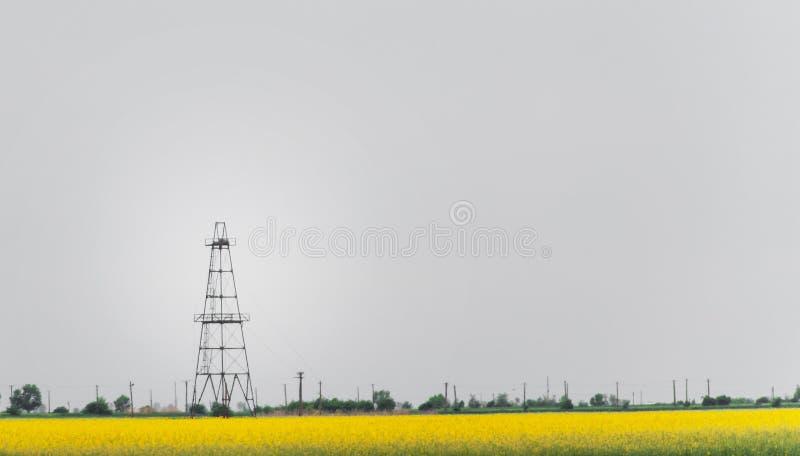 Ropa i gaz well takielunek, zarysowany wiejski canola pole zdjęcia royalty free