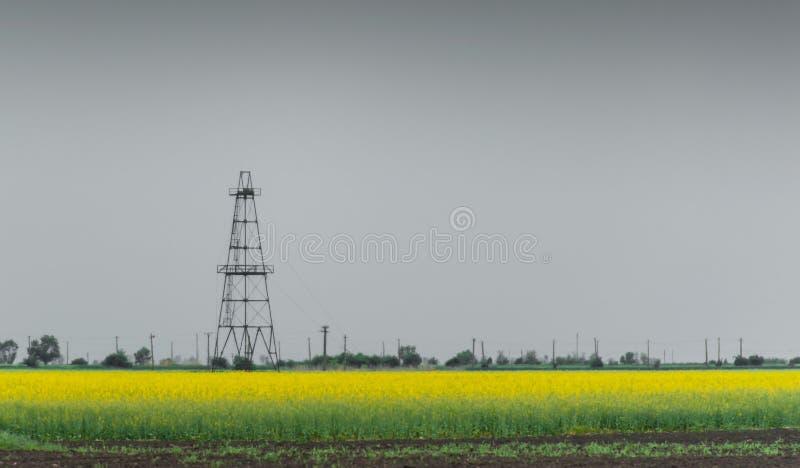 Ropa i gaz well takielunek, zarysowany wiejski canola pole obrazy stock