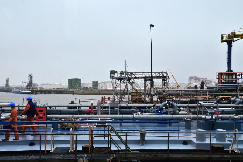 Ropa i gaz zbiornik w rafinerii fotografia royalty free