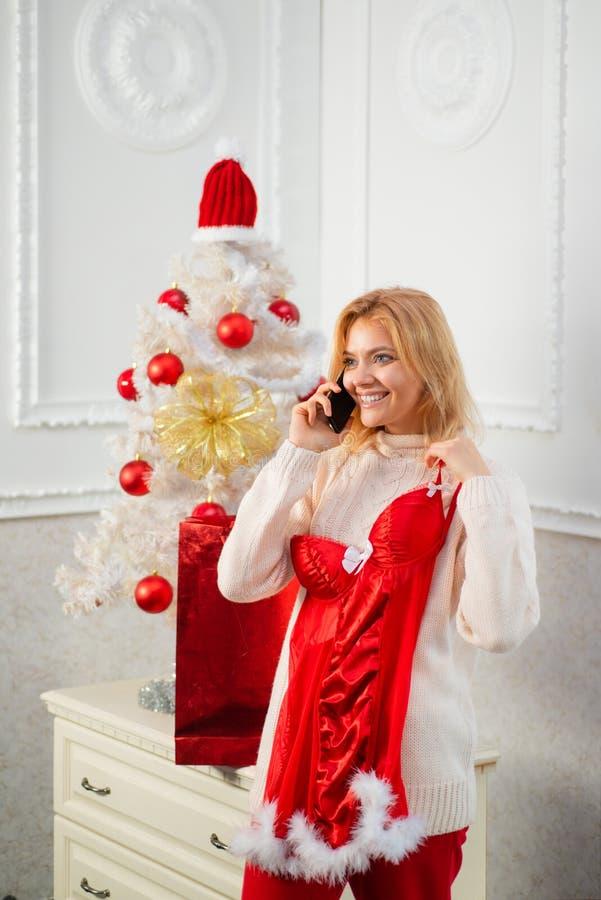 Ropa interior que lleva de la muchacha atractiva bonita en la decoración de la Navidad Bolas rojas del árbol de navidad blanco Fe foto de archivo