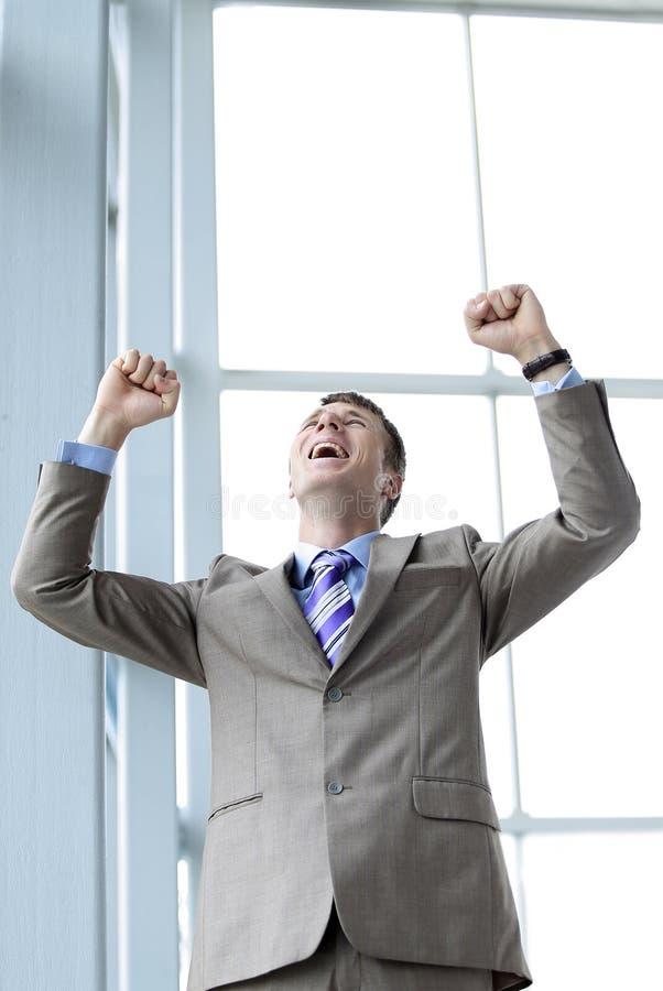 Ropa med glad ung entreprenör lyftta händer royaltyfria foton