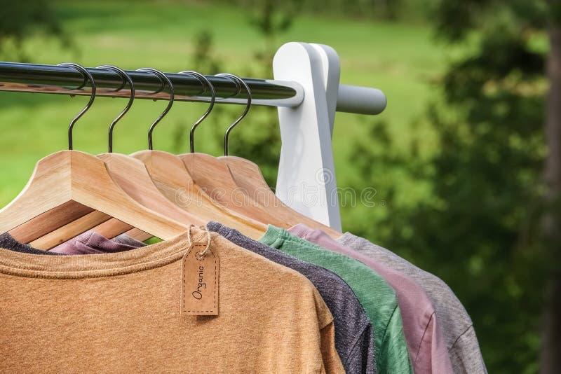 Ropa orgánica Camisetas coloreadas naturales fotografía de archivo