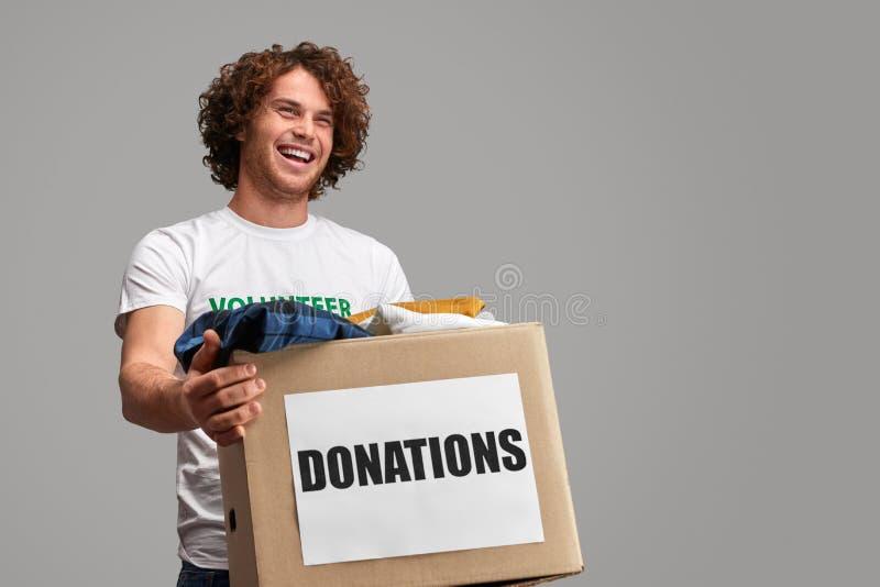 Ropa que lleva del voluntario emocionado foto de archivo libre de regalías