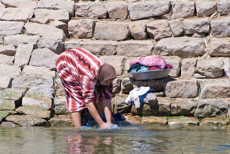 Ropa que se lava de la mujer egipcia imágenes de archivo libres de regalías