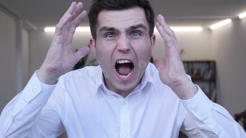 Ropa skrikig affärsman i ilska royaltyfri fotografi