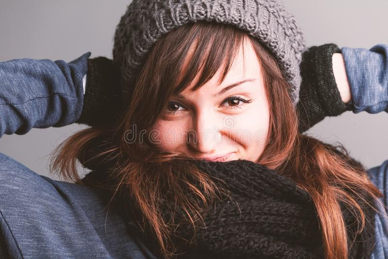 Ropa sonriente joven del invierno de la mujer que lleva fotografía de archivo libre de regalías