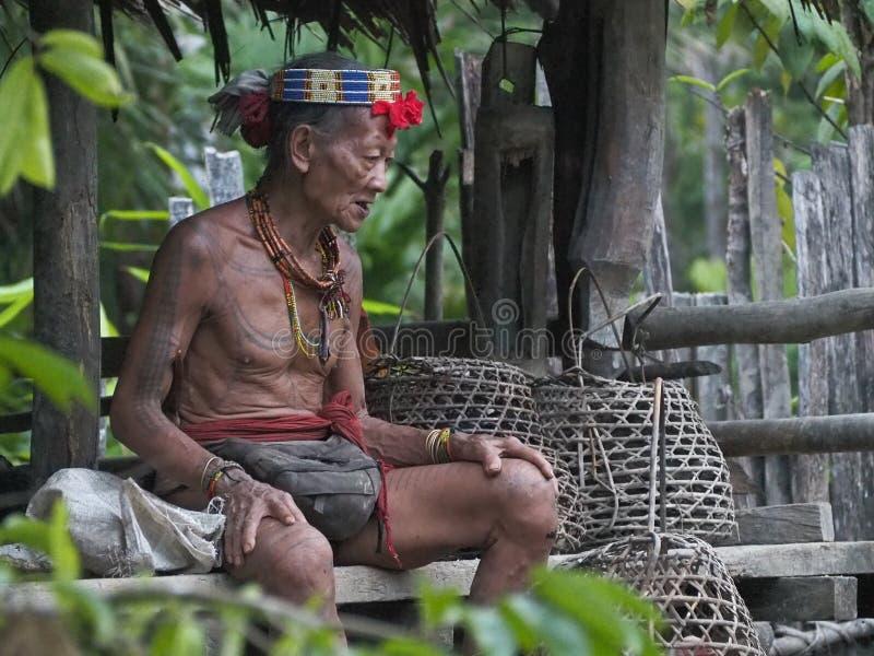 Ropa tradicional de la tribu del mentawai del chamán fotografía de archivo libre de regalías