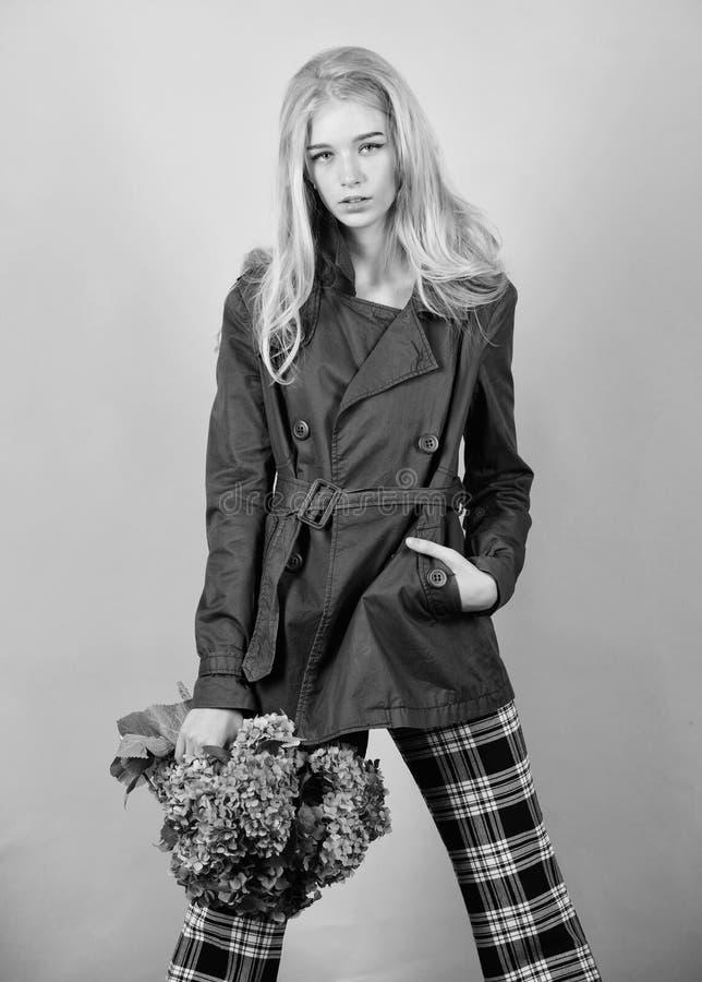 Ropa y accesorio Capa del desgaste del modelo de moda de la muchacha para la estaci?n de la primavera y del oto?o Tendencia de la imagen de archivo libre de regalías