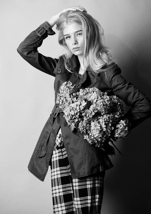 Ropa y accesorio Capa del desgaste del modelo de moda de la muchacha para la estaci?n de la primavera y del oto?o Tendencia de la imágenes de archivo libres de regalías