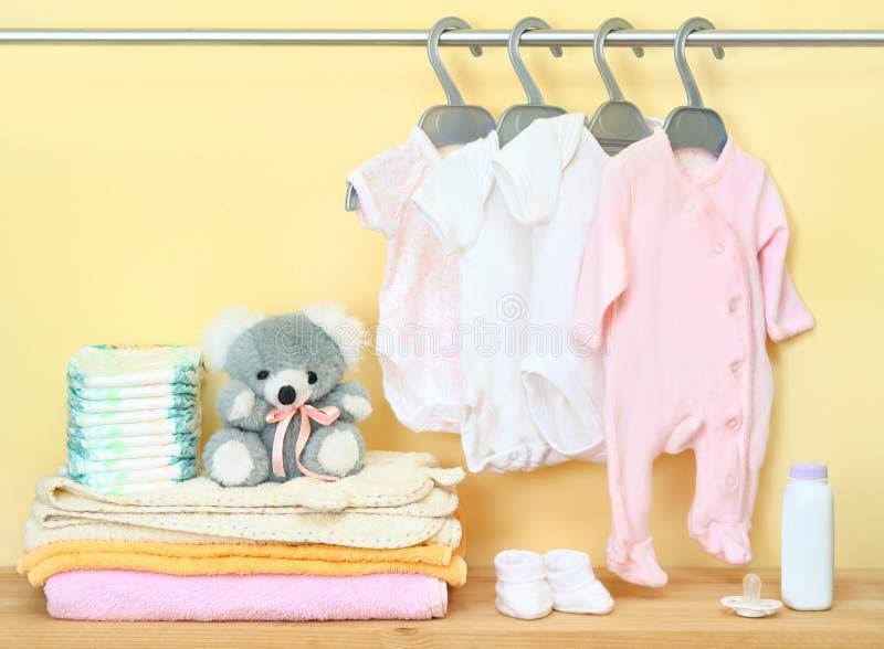 Ropa y accesorios para recién nacido fotografía de archivo