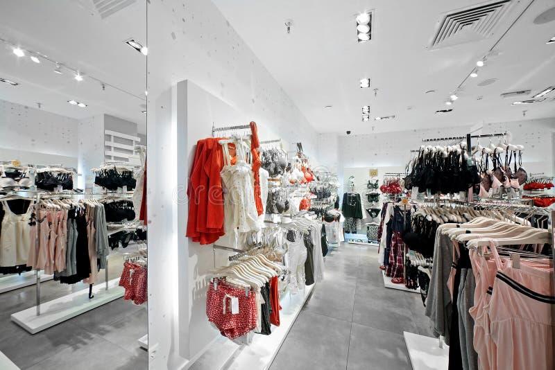 Ropa y tienda europeas de la ropa interior imagenes de archivo