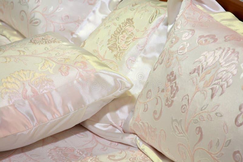 Ropas de cama de seda fotos de archivo