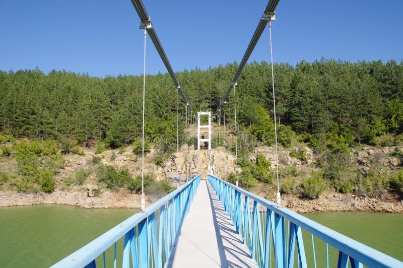 Rope пешеходный мост на запруде Kardzhali, Болгарии стоковые фотографии rf