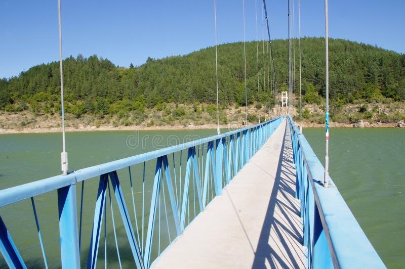 Rope пешеходный мост на запруде Kardzhali, Болгарии стоковое изображение