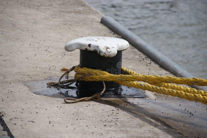 Rope autour d'une borne pour fixer un bateau dans le port de Rotterdam aux Pays-Bas image libre de droits