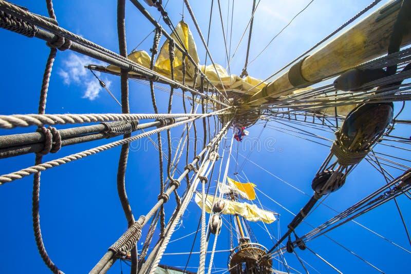 Rope, binder och stränger på ett piratkopieraskepp arkivbild