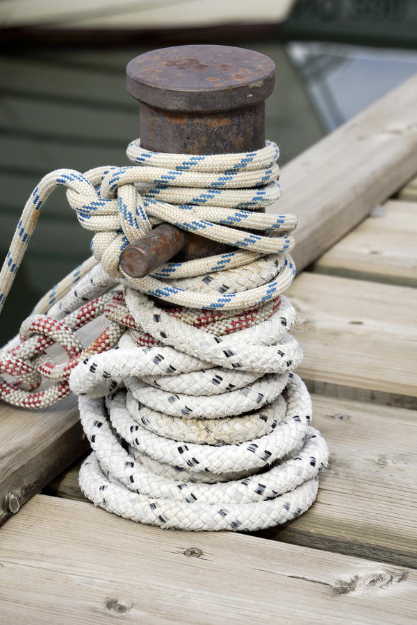 Free Rope Knotted Around A Ship Bollard Royalty Free Stock Photography - 33724597