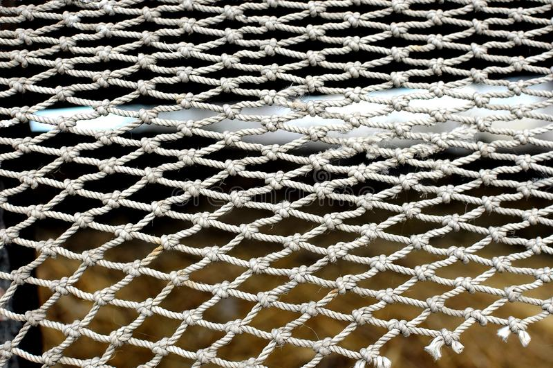 Rope la malla en el fondo borroso de la pila de heno contexto de la textura foto de archivo libre de regalías