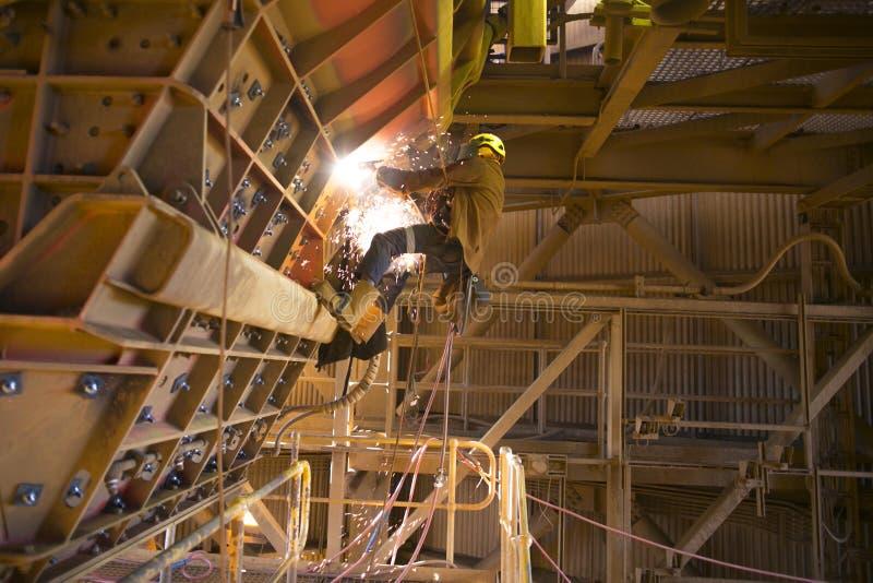 Rope Sicherheitsgurt-Sturzhelmuniform des Zugangsbergmannes die tragende, die auf Höhe auf dem Beginnc$ausmeißeln des Seils arbei stockfoto