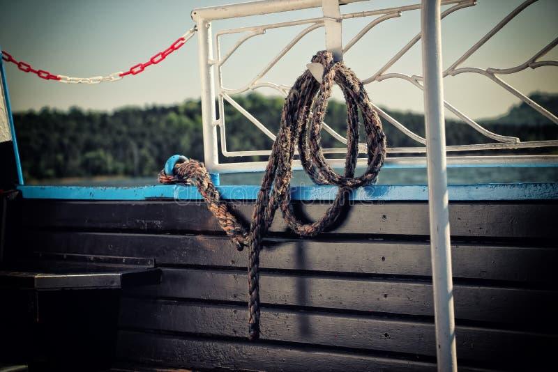 Rope sur le bateau sur le lac tchèque photos libres de droits