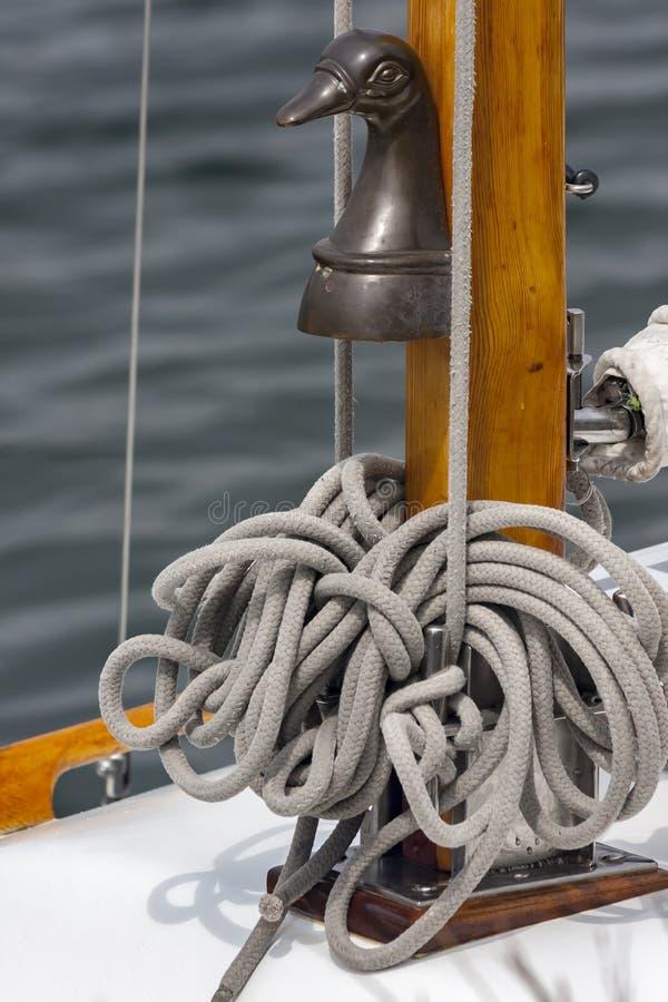 Rope sur un yacht dans la fin, détail photos libres de droits