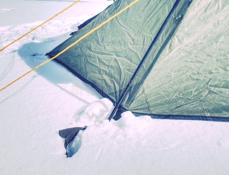 Rope sur une tente de camp, détail de tente ancrée en terre neigeuse photographie stock