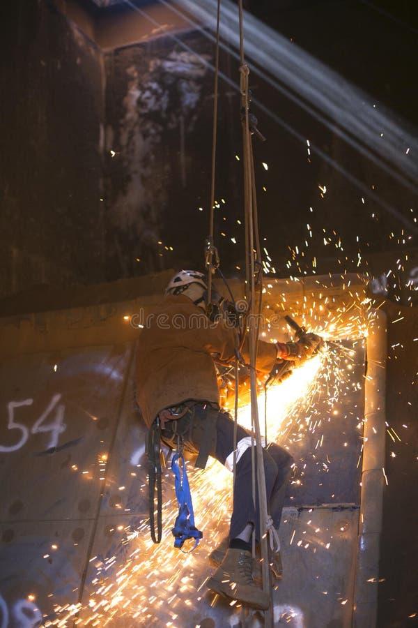 Rope tillträdesarbetaren, den bärande fulla säkerhetskroppselet, skydd för utrustning för säkerhet för framsidaskölden som arbeta royaltyfria foton