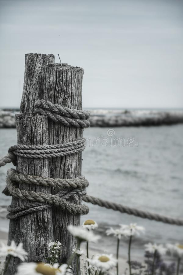 Roped stolpe arkivfoto