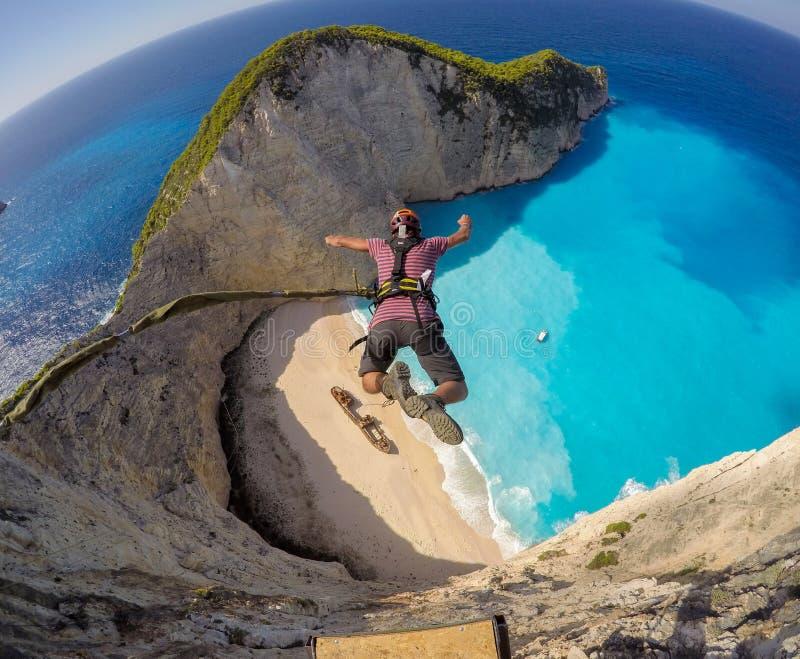 Ropejumping från klipporna i den Zakynthos ön fotografering för bildbyråer