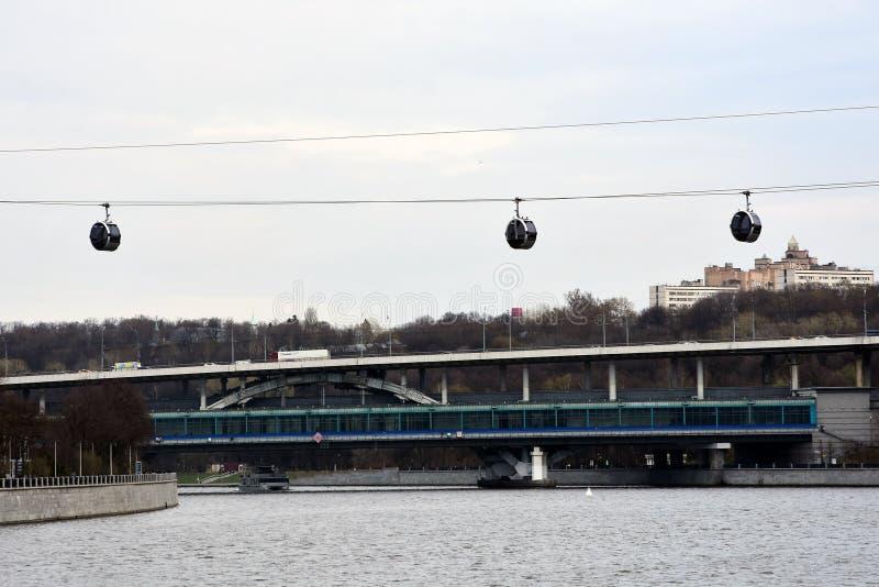 Ropeway στη Μόσχα που συνδέει τους λόφους περιοχής και Vorobyovy sportsa Luzhniki στοκ φωτογραφία με δικαίωμα ελεύθερης χρήσης