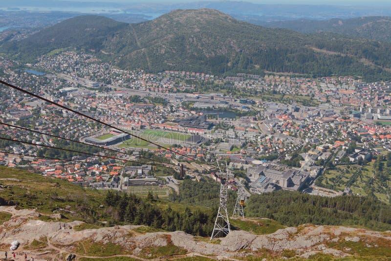 Ropeway Ulriksbanen e cidade no pé da montanha Bergen, Noruega fotos de stock royalty free