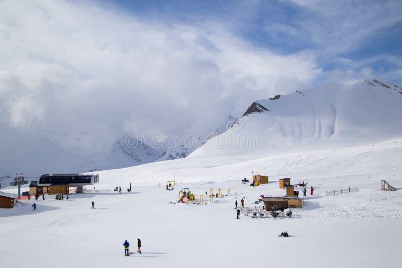ropewayen för semesterorten för caucasus georgia gudauriberg skidar arkivbild