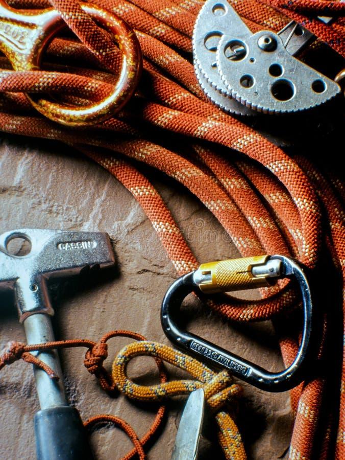 Rops и крюки для шестерней альпинизма на коричневом утесе стоковое фото rf