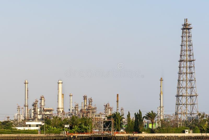 Ropy naftowej rafinerii roślina i wiele przy wybrzeżem rzeka na niebo popołudniowym jaskrawym dniu przy Thailand z kopii przestrz obraz stock