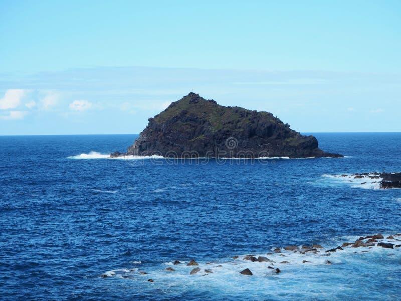 Roque de Garachico, una piccola isola della roccia fatta di lava nel mare di Atlantico Settentrionale immagine stock