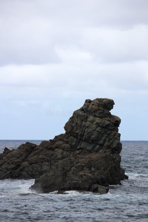 Roque devant la plage de Taganana photographie stock