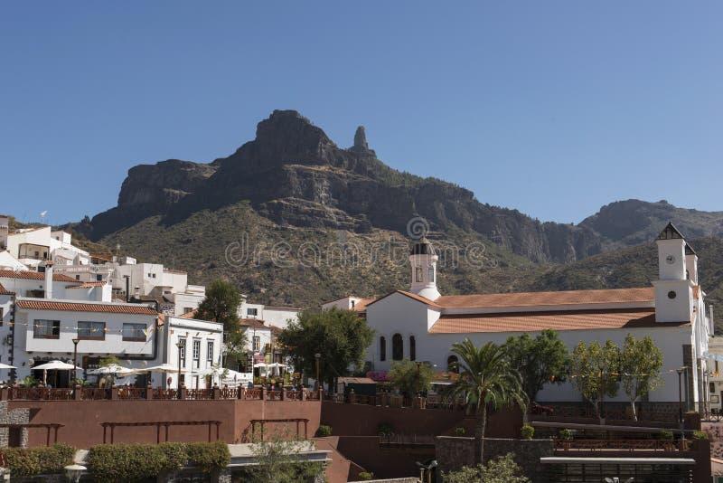 Roque Nublo från den Tejeda staden royaltyfri foto