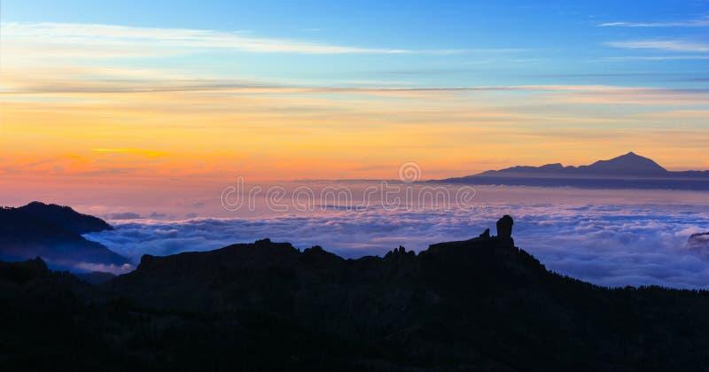 Roque Nublo impressionante sobre o por do sol fotos de stock