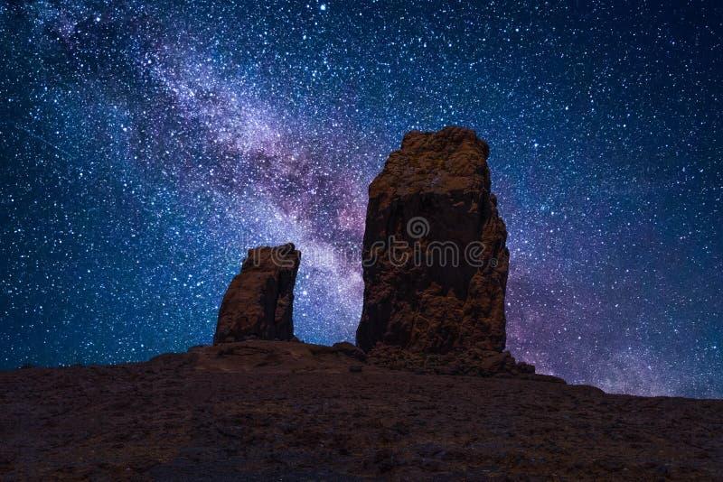 Roque Nublo onder een sterrige nachthemel stock foto