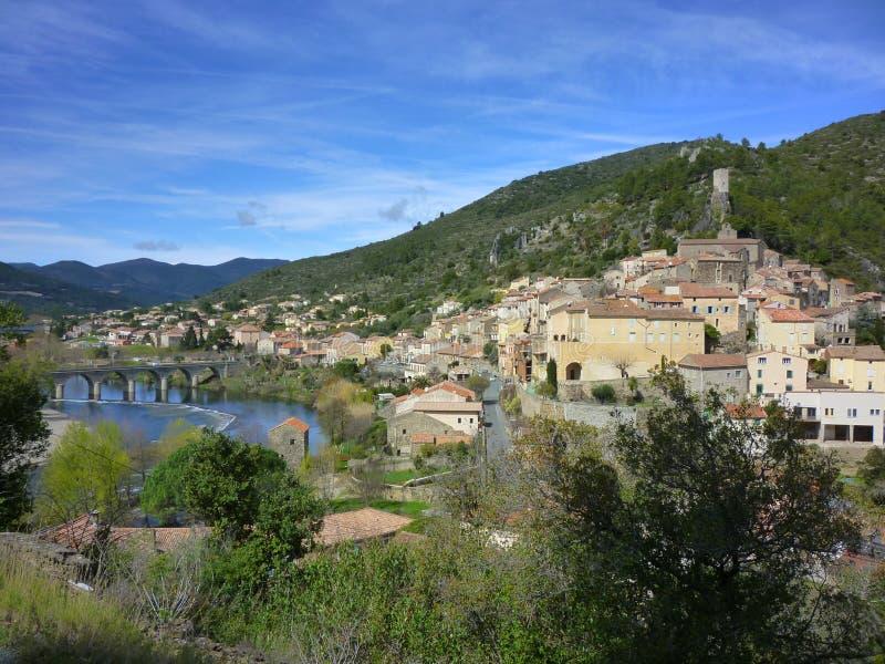 Roquebrun村庄坐在Haut La的河天体 图库摄影